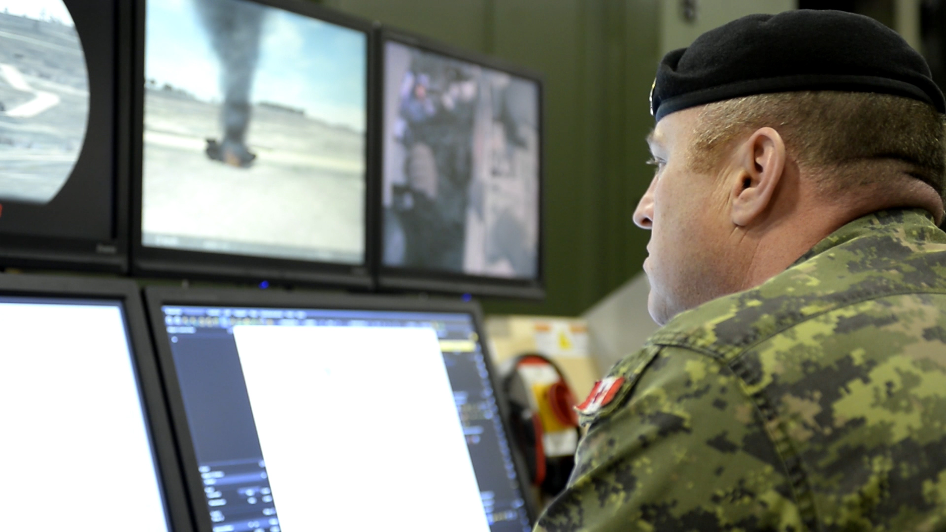 En mars 2015, un instructeur surveille les militaires qui participent à une séance sur le simulateur fixe de blindé Leopard-2 au Centre d'instruction au combat, qui fait partie du Centre de doctrine et d'instruction de l'Armée canadienne de Gagetown, au Nouveau-Brunswick. Photo par : Le Centre d'instruction au combat.