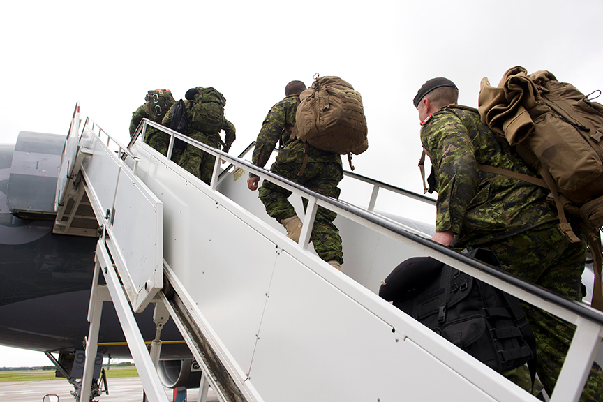 Des soldats du 1er Groupe-brigade mécanisé du Canada qui se déploient sur l'opération REASSURANCE embarquent un avion CT-150 Polaris à l'aéroport international d'Edmonton le 9 juin 2017. Photo : Robert Schwartz, Base de soutien de la 3e Division du Canada Edmonton. ©2017 DND-MDN Canada