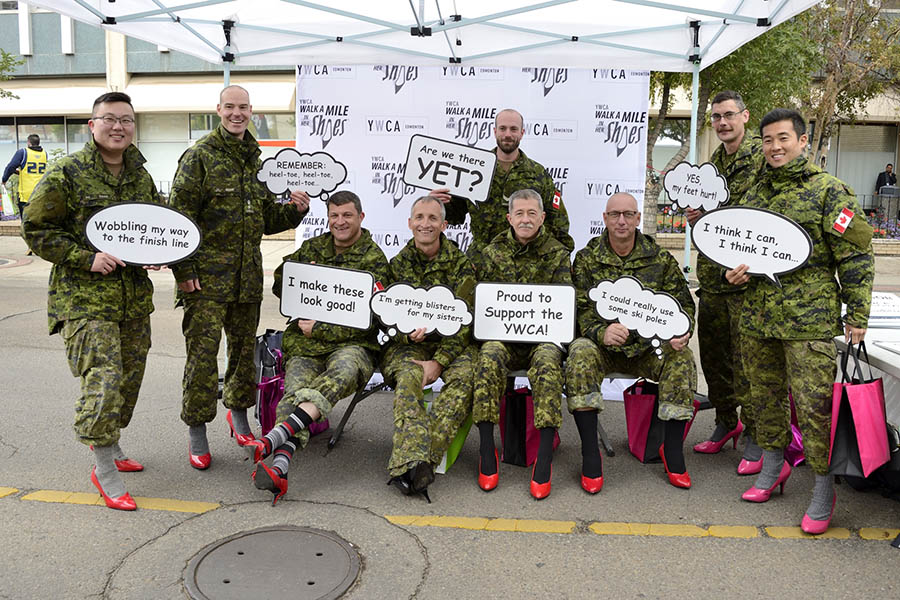 Soldats juste avant de prendre part à la collecte de fonds 2017 «Walk a Mile in Her Shoes» de la YWCA d'Edmonton