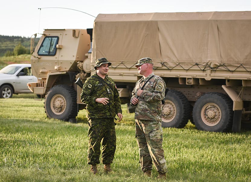 L'adjudant-chef Ramsay Bellisle discute avec le First Sergeant Nathan Hedin de la 842nd Engineering Company de la South Dakota Army National Guard